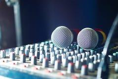 Μικρόφωνα στο soundmixer στο νυχτερινό κέντρο διασκέδασης Στοκ εικόνες με δικαίωμα ελεύθερης χρήσης