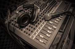 Μικρόφωνο, ακουστικό στο υγιές υπόβαθρο αναμικτών Στοκ Εικόνα
