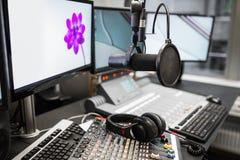 Μικρόφωνο, αναμίκτες μουσικής και ακουστικά από τα όργανα ελέγχου σε ραδιο Stu Στοκ Φωτογραφίες
