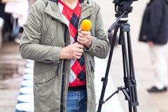 Μικρόφωνο εκμετάλλευσης δημοσιογράφων, αναμονή για τη διάσκεψη ειδήσεων στοκ φωτογραφίες
