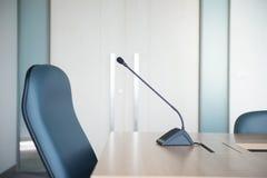 Μικρόφωνο διασκέψεων στην αίθουσα συνεδριάσεων Στοκ φωτογραφίες με δικαίωμα ελεύθερης χρήσης