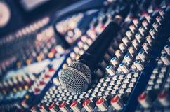 Μικρόφωνο και ακουστικός αναμίκτης Στοκ φωτογραφία με δικαίωμα ελεύθερης χρήσης