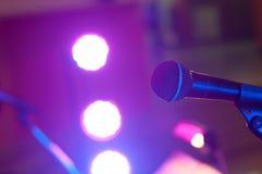 Μικρόφωνο και επίκεντρο στη αίθουσα συναυλιών ή τη αίθουσα συνδιαλέξεων Στοκ Φωτογραφία