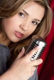 μικρόφωνο κοριτσιών στοκ εικόνα με δικαίωμα ελεύθερης χρήσης