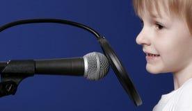μικρόφωνο κοριτσιών Στοκ Φωτογραφίες