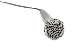 Μικρόφωνο με στενό επάνω γωνίας καλωδίων υψηλό πέρα από το λευκό Στοκ Εικόνες
