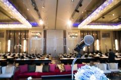 Μικρόφωνο πέρα από την αφηρημένη θολωμένη φωτογραφία της αίθουσας συνδιαλέξεων ή Στοκ φωτογραφία με δικαίωμα ελεύθερης χρήσης