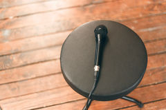 Μικρόφωνο σε μια στρογγυλή μαύρη καρέκλα Στοκ φωτογραφία με δικαίωμα ελεύθερης χρήσης