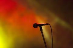 Μικρόφωνο στα σκηνικά φω'τα Στοκ φωτογραφία με δικαίωμα ελεύθερης χρήσης