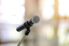 Μικρόφωνο στην αίθουσα συνεδριάσεων ή τη αίθουσα συνδιαλέξεων Στοκ Φωτογραφίες