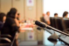 Μικρόφωνο στην αίθουσα συνεδριάσεων για μια αίθουσα συνδιαλέξεων Στοκ φωτογραφία με δικαίωμα ελεύθερης χρήσης