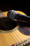 Μικρόφωνο στην ακουστική κιθάρα Στοκ φωτογραφία με δικαίωμα ελεύθερης χρήσης