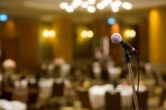 Μικρόφωνο στη αίθουσα συναυλιών ή τη αίθουσα συνδιαλέξεων μαλακή και το ύφος θαμπάδων για το υπόβαθρο Μικρόφωνο πέρα από την αφηρ Στοκ εικόνες με δικαίωμα ελεύθερης χρήσης