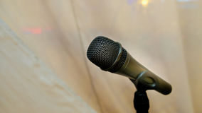 Μικρόφωνο στη αίθουσα συναυλιών ή τη αίθουσα συνδιαλέξεων μαύρος Στοκ φωτογραφίες με δικαίωμα ελεύθερης χρήσης