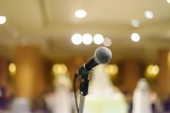 Μικρόφωνο στη αίθουσα συναυλιών ή τη αίθουσα συνδιαλέξεων με τα φω'τα στην ΤΣΕ Στοκ φωτογραφία με δικαίωμα ελεύθερης χρήσης