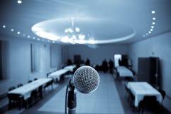 Μικρόφωνο στη αίθουσα συναυλιών ή τη αίθουσα συνδιαλέξεων Στοκ Φωτογραφίες