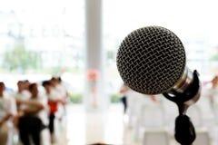 Μικρόφωνο στη αίθουσα συναυλιών ή τη αίθουσα συνδιαλέξεων Στοκ Φωτογραφία