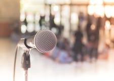 Μικρόφωνο στη αίθουσα συναυλιών ή τη αίθουσα συνδιαλέξεων Στοκ φωτογραφία με δικαίωμα ελεύθερης χρήσης