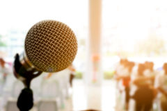Μικρόφωνο στη αίθουσα συναυλιών ή τη αίθουσα συνδιαλέξεων Στοκ Εικόνα