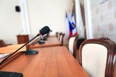 Μικρόφωνο στη διάσκεψη δωματίων επιχειρησιακών γραφείων στοκ εικόνα με δικαίωμα ελεύθερης χρήσης