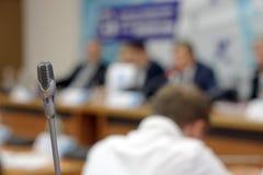 Μικρόφωνο στη μεγάλη αίθουσα συνεδριάσεων για τη σύνοδο στοκ φωτογραφίες