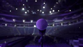 Μικρόφωνο στη σκηνή σε έναν τόπο συναντήσεως συναυλίας απόθεμα βίντεο
