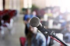Μικρόφωνο στη σκηνή σε ένα κλίμα της αίθουσας συνεδριάσεων στοκ εικόνες με δικαίωμα ελεύθερης χρήσης