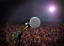 Μικρόφωνο στη σκηνή στη συναυλία στοκ φωτογραφία με δικαίωμα ελεύθερης χρήσης