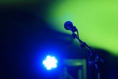 Μικρόφωνο στη σκηνή Στοκ Φωτογραφίες