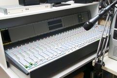 Μικρόφωνο στούντιο τελών αναμικτών μουσικής Στοκ εικόνα με δικαίωμα ελεύθερης χρήσης