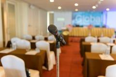 Μικρόφωνο στο κενό δωμάτιο Στοκ εικόνα με δικαίωμα ελεύθερης χρήσης