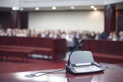 Μικρόφωνο στο σπίτι δικαστηρίων Στοκ Φωτογραφίες