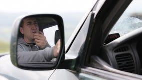 Μικρόφωνο χεριών εκμετάλλευσης ατόμων και ομιλία στο ραδιόφωνο στο αυτοκίνητό του φιλμ μικρού μήκους