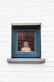 Μικρό άγαλμα του Βούδα πίσω από το γυαλί στο άσπρο υπόβαθρο τουβλότοιχος Στοκ φωτογραφία με δικαίωμα ελεύθερης χρήσης