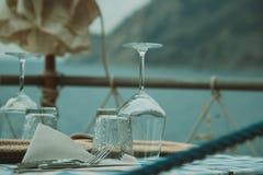 Μικρό άνετο εστιατόριο με τη θάλασσα και τις θέες βουνού Στοκ Εικόνες
