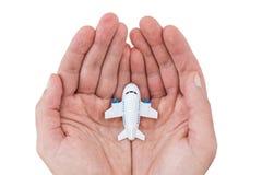 Μικρό άσπρο αεροπλάνο παιχνιδιών στα ανθρώπινα χέρια στοκ εικόνες