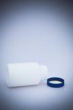 Μικρό άσπρο μπουκάλι ιατρικής Στοκ εικόνα με δικαίωμα ελεύθερης χρήσης