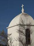Μικρό άσπρο παρεκκλησι από ένα δέντρο με το μπλε ουρανό Στοκ Φωτογραφίες