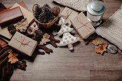 Μικρό άσπρο χριστουγεννιάτικο δέντρο με τα Χριστούγεννα ή τα νέα δώρα έτους Έννοια ντεκόρ διακοπών Τονισμένη εικόνα Τοπ όψη στοκ εικόνες με δικαίωμα ελεύθερης χρήσης