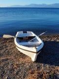 Μικρό άσπρο Rowboat σε χαλικιώδες Bech Στοκ φωτογραφία με δικαίωμα ελεύθερης χρήσης