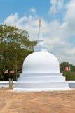 Μικρό άσπρο stupa σε Anuradhapura, Σρι Λάνκα Στοκ φωτογραφία με δικαίωμα ελεύθερης χρήσης
