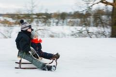 Μικρό αγοριών στο χειμώνα πηδώντας κίνηση frisbee σύλληψης ανασκόπησης θολωμένη θαμπάδα στοκ φωτογραφία με δικαίωμα ελεύθερης χρήσης