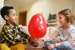 Μικρό αγόρι αφροαμερικάνων φίλων δύο που δίνει λίγο καυκάσιο γ Στοκ φωτογραφία με δικαίωμα ελεύθερης χρήσης