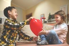 Μικρό αγόρι αφροαμερικάνων φίλων δύο που δίνει λίγο καυκάσιο γ Στοκ Εικόνες