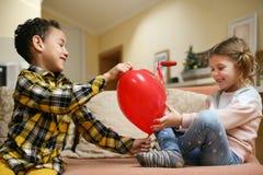 Μικρό αγόρι αφροαμερικάνων φίλων δύο που δίνει λίγο καυκάσιο γ Στοκ εικόνες με δικαίωμα ελεύθερης χρήσης