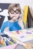Μικρό αγόρι με μια αίσθηση του χιούμορ Στοκ φωτογραφία με δικαίωμα ελεύθερης χρήσης