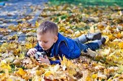 Μικρό αγόρι με μια αναδρομική φωτογραφική μηχανή slr Στοκ φωτογραφίες με δικαίωμα ελεύθερης χρήσης