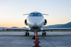 Μικρό αεροπλάνο ή αεροπλάνο που σταθμεύουν στον αερολιμένα Στοκ εικόνες με δικαίωμα ελεύθερης χρήσης