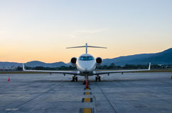 Μικρό αεροπλάνο ή αεροπλάνο που σταθμεύουν στον αερολιμένα Στοκ φωτογραφία με δικαίωμα ελεύθερης χρήσης