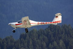Μικρό αεροπλάνο (διαμάντι DA20) που προσγειώνεται Στοκ Εικόνα